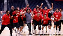 Handball: Olympia, Deutschland - Ägypten, Finalrunde, Viertelfinale, im Yoyogi National Stadium. Ägyptens Spieler jubeln nach dem Spiel über den Sieg. +++ dpa-Bildfunk +++