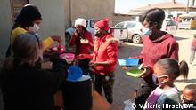 Sud Afrika Autorin : Valérie Hirsch Les repas préparés par des chefs bénévoles sont distribués aux familles affectées par les confinements et les pillages - photo V Hirsch