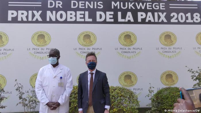 El Premio Nobel de la Paz 2018, Denis Mukwege, y el Embajador de Alemania en la República Democrática del Congo, Oliver Schnakenberg. Aquí el 2 de agosto de 2021