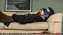 Geschäftsmann napping auf dem Sofa
