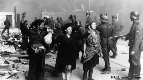 Dos mujeres de la resistencia capturadas por los nazis en la invasión del gueto de Varsovia en 1943