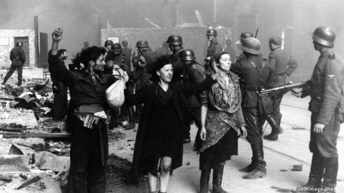 Foto histórica mostra soldado nazista rendendo três pessoas de mãos para o alto
