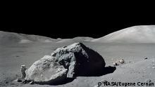 La Luna está cubierta de cráteres y rocas, lo que crea una rugosidad superficial que proyecta sombras, como se ve en esta fotografía de la misión Apolo 17 de 1972.