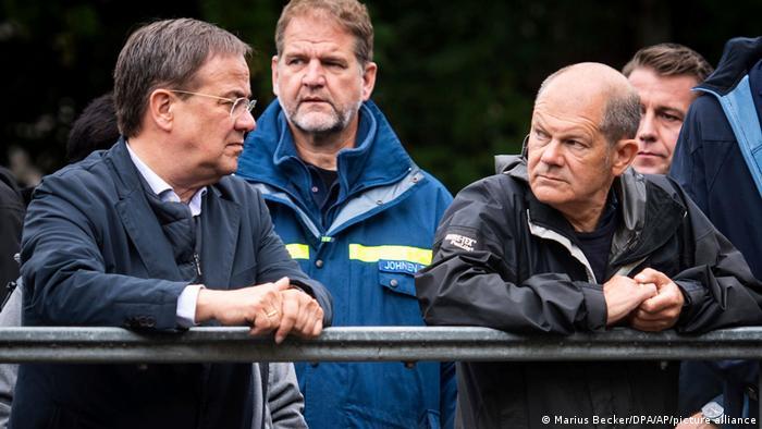 Olaf Scholz, CDU/CSU'nun başbakan adayı Armin Laschet ile birlikte sel bölgesinde