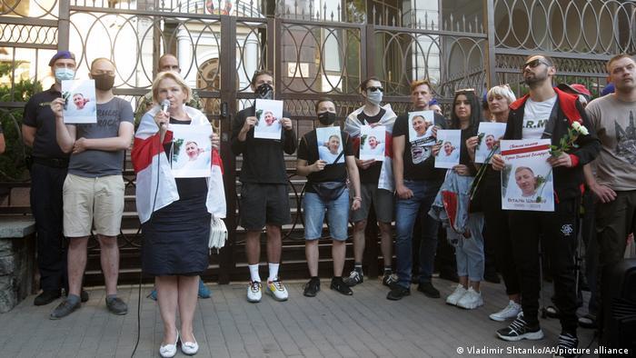 Митинг памяти Шишова перед зданием посольства Беларуси в Киеве