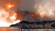 03.08.2021 - Rauch eines Waldbrandes steigt hinter einem Berghang in dem Ort Limni, auf der Halbinsel Euböa, etwa 160 Kilometer nördlich von Athen, auf. Griechenland wird weiterhin von einer Dauerhitzewelle und Trockenheit heimgesucht, weshalb zahlreiche Waldbrände ausgebrochen sind. +++ dpa-Bildfunk +++