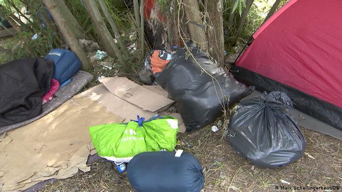 Plastiksäcke, Zelt und Schlafsäcke