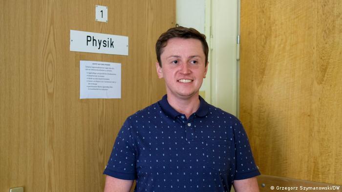 Adam Weinert pochodzi z Polski, ale wychował się w Niemczech. Znajomość polskiego pomaga mu w pracy nauczyciela fizyki w Loecknitz