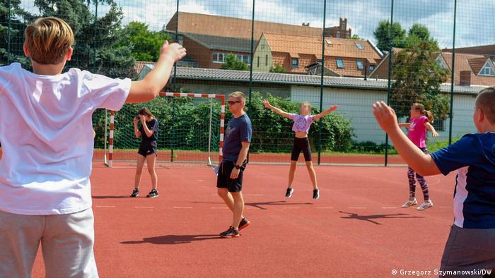 Jeden z nowych nauczycieli, Marcin Jończyk, prowadzi lekcję WF w gimnazjum w Pasewalku
