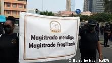 The lack of material and financial conditions for Angolan magistrates jeopardizes the credibility of the anti-corruption program, the battle horse of President João Lourenço's government, say analysts interviewed by DW Africa. Magistrates protested on Saturday 31 July in Luanda.