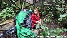 Forscherin Natalia Romik am Versteck von Abraham Carmi und anderen in einem der Gräber auf dem jüdischen Friedhof an der Okopowa Strasse in Warschau, 2021, Copyright: Magdalena Gwozdz-Pallokat