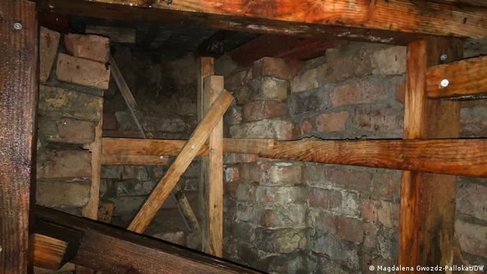 Скривалището, издълбано под надгробна плоча
