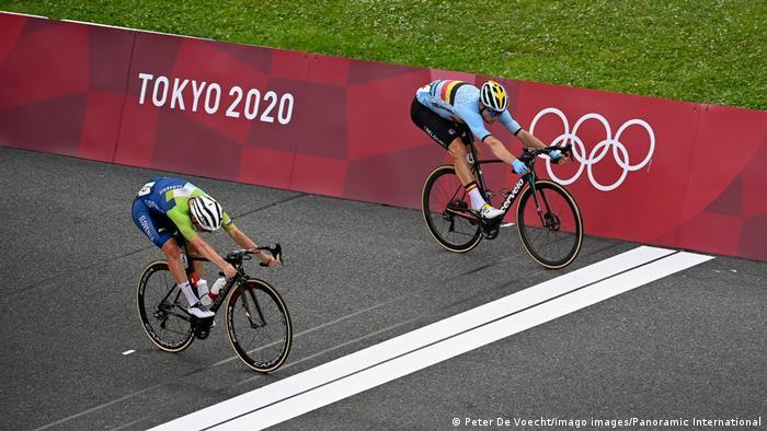 Dois ciclistas chegando quase simultaneamente à linha final