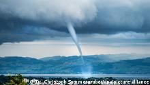 dpatopbilder - 01.08.2021, Baden-Württemberg, Friedrichshafen: Eine Wasserhose fegt vor Friedrichshafen über den Bodensee. Gleich zwei Tornados sind am Wochenende über dem Bodensee gesichtet worden. Solche Wasserhosen bilden sich über deutschen Seen zwar immer wieder, durch den Klimawandel könnten sie aber stärker werden. (zu dpa Wasserhosen am Bodensee: Tornados könnten künftig stärker werden) Foto: Dr. Christoph Sommergruber/dpa +++ dpa-Bildfunk +++