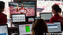 Copyright: Sarah Wiertz. Das 1. Bild zeigt Swiss-Timing-Mitarbeiter bei der Zeitmessung.
