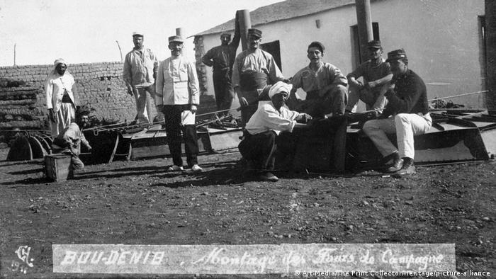 Marokko unter französischer Besatzung: Männer der Fremdenlegion sitzen auf Booten an einem Strand.