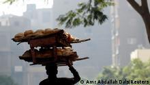 Hurgada, Ägypten | Mann mit Brot
