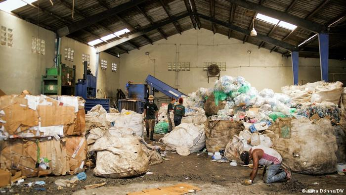 Ecoservices sorts waste for recycling, Dominican Republic
