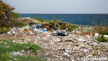 Bild 2 Müll am Strand Müll liegt an einem Strand in der Dominikanischen Republik Foto: Kata Döhne/DW