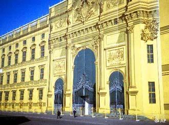 O Palácio da República foi revestido em 1993 por painel imitando fachada original do castelo