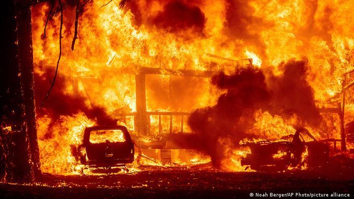 Las llamas consumen una casa en la carretera 89 mientras el incendio Dixie arrasa la comunidad de Greenville en el condado de Plumas, California.