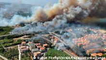 02/08/2021 Dichter Rauch steigt von einem Waldbrand auf. Viele der Bewohner mussten evakuiert werden, nachdem das Feuer gefährlich nah an die Küstenorte gerückt war. Italien kämpft in Folge einer starken Hitzewelle mit zahlreichen Waldbränden. +++ dpa-Bildfunk +++