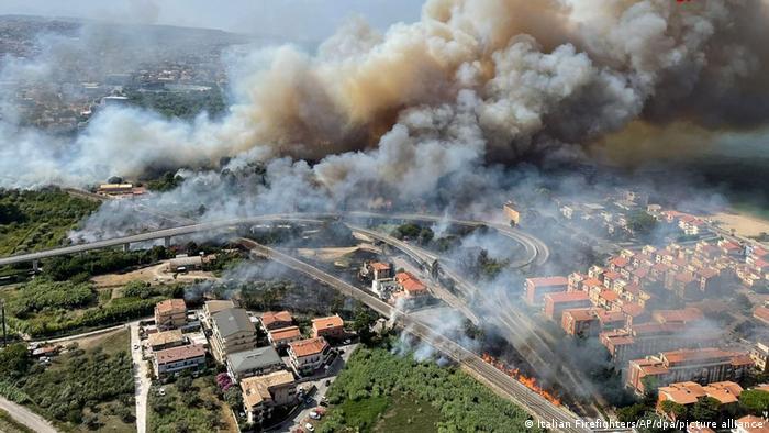 Густий дим над італійським містом Пескара
