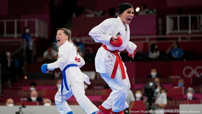 سارا بهمنیار (راست) قهرمان جهان سراپ اوزچلیک (چپ) را شکست داد