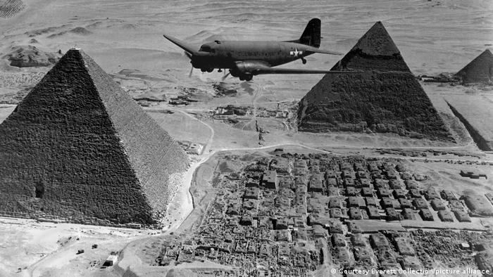 Ägypten | American Air Transport Command fliegt über die Pyramiden