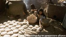 Brot backende Frauen / Foto Foto Voelkerkunde: Aegypten. - Brot backende Frauen in der Gegend von Luxor. - Foto, um 1985 Aus einer Bildserie: Leben am Nil.