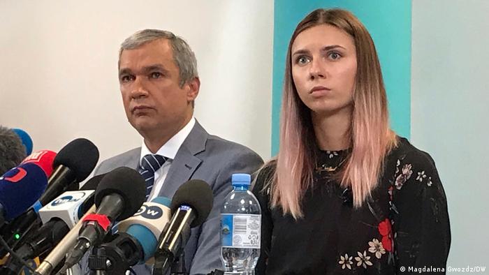 Die Sportlerin Kristina Timanowskaja und der belarussische Oppositionspolitiker Pawel Latuschko vor Journalisten