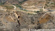 İsrail saldırısı sonrasında Lübnanlı asker bombaların düştüğü yere bakıyor