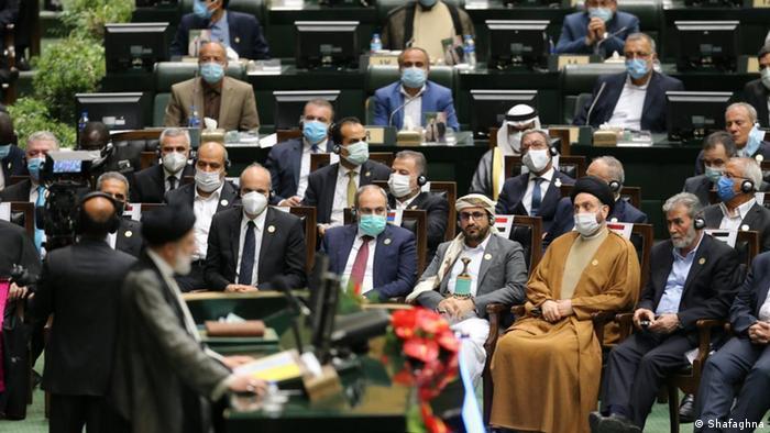 از هیات سعودی که رسانهها نوشته بودند، خبری نشد. از کشورهای حاشیه خلیج فارس، وزیر خارجه کویت و وزیر صنعت و تجارت قطر به تهران آمدند. رئیسی گفت: «من دست دوستی و برادری به سوی همه کشورهای منطقه و به ویژه همسایگان دراز میکنم.»