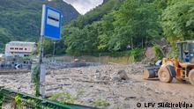 HANDOUT - 05.08.2021, Italien, Südtirol: Aufnahmeort unbekannt: Nach einem Murenabgang ist eine Straße von Schlamm und Geröll verschüttet. Südtirol kämpft nach starkem Regen gegen Hochwasser. Foto: LFV Südtirol/dpa - ACHTUNG: Nur zur redaktionellen Verwendung im Zusammenhang mit der aktuellen Berichterstattung und nur mit vollständiger Nennung des vorstehenden Credits +++ dpa-Bildfunk +++
