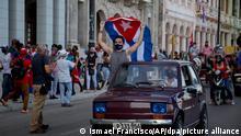 05/08/2021 Regierungsanhänger nehmen an einer Demonstration teil, die unter dem Motto «Für Liebe, Frieden und Solidarität» steht und von der Union Junger Kommunisten organisierten wurde. +++ dpa-Bildfunk +++
