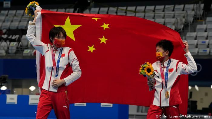 Chen Yuxi, de China, a la izquierda, medalla de plata, y Quan Hongchan, de China, medalla de oro.
