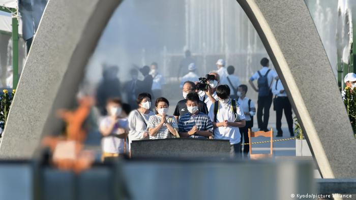 Foto de personas que rinden tributo a víctimas de Hiroshima