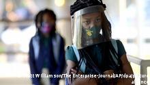 Summit, USA 5.8.212*** Victoria Dickens trägt an ihrem ersten Schultag in der Summit Elementary School des Schuljahres 2021/2022 unter ihrem Visier einen Mund-Nasen-Schutz. Der Schulbezirk verpflichtet für dieses Schuljahr zum Tragen eines Mund-Nasen-Schutzs in Bussen und auf dem Schulgelände. +++ dpa-Bildfunk +++