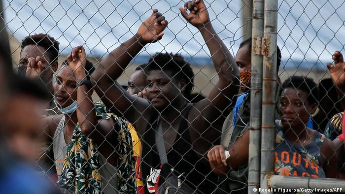 The Day in Pictures   Panama Migranten warten darauf, die Aufnahmestation zu verlassen