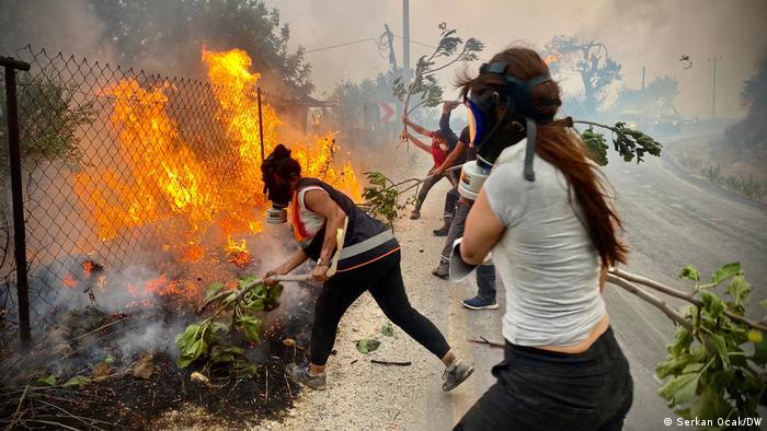 در ترکیه انتقادها از دولت به دلیل ناتوانی در کنترل آتشسوزی افزایش یافته است. رئیس جمهوری ترکیه گفته است از ۱۸ هواپیمای آبی خاکی، ۵۷ هلیکوپتر، ۵ هزار و ۲۵۰ امدادگر، ۹ هواپیمای بدون سرنشین، ۱۵۰ دستگاه لایه روبی زمین و ۸۵۰ ماشین آبرسانی برای اطفای حریق در ۴۶ استان استفاده شده است. کمکهای بینالمللی نیز برای مقابله با آتشسوزیها به ترکیه گسیل شدهاند. (عکس از بودروم)