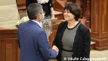 auf dem Foto sind der Parlamentspräsident der Republik Moldau Igor Grosu (links) und ab heute die neue Regierungschefin in Chisinau Natalia Gavriliţa (rechts). Das Bild hat unser DW-Korrespondent Vitalie Calugareanu gemacht. Die DW kann es veröffentlichen. Via Medana Weident