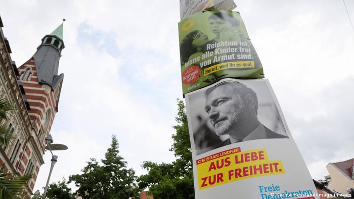 Banners de campanha do FDP e dos Verdes em poste