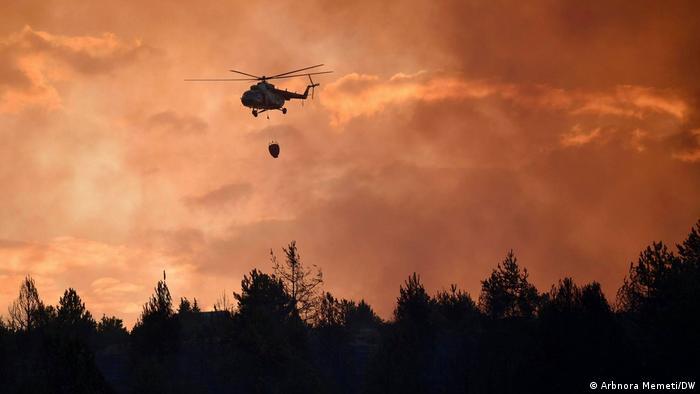 نهاد مقابله با سوانح طبیعی اتحادیه اروپا روز چهارشنبه ۵ اوت اعلام کرد که تجهیزات مخصوص مقابله با حریق از جمله هواپیماها و هلیکوپترهای آبپاش به کشورهای عضو اتحادیه از جمله یونان، ایتالیا، آلبانی و مقدونیه شمالی ارسال شده است. (عکس از عملیات اطفای حریق در مقدنیه شمالی)