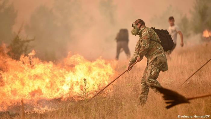 نیروهای ارتش، آتشنشانی و ساکنان محلی در مقدنیه شمالی برای خاموشکردن آتش تلاش میکنند.