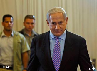Regierungschef Netanjahu auf dem Weg zur Aussage vor dem Tirkel-Ausschuss in Jersualem am 09.08.2010 (Foto: AP)