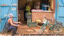 Straßenszene in Trinidad: In einer Toreinfahrt in der Altstadt bietet ein Händler Fleisch und Gemüse an. Trinidad gilt als eine der schönsten Städte Kubas mit vielfältiger kolonialer Geschichte. Die Altstadt gehört zum Weltkulturerbe der UNESCO. (27.11.2017)