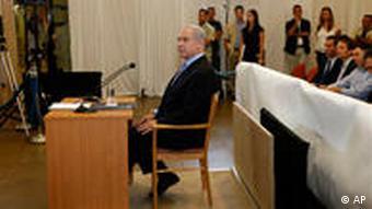 Benjamin Netanjahu vor der Tirkel-Kommission am 09.08.2010 (Foto: AP)