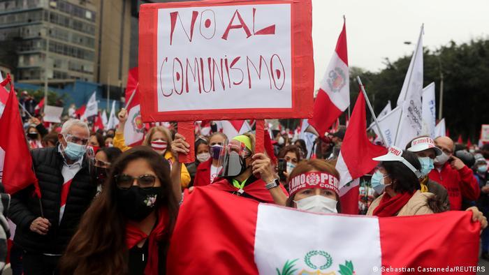 Foto de personas que protestan contra Pedro Castillo en Lima con un rótulo que dice no al comunismo