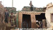 Mitglieder der afghanischen Sicherheitskräfte stehen an einem Sicherheitskontrollpunkt nach bewaffneten Zusammenstößen am Stadtrand von Kundus, der Hauptstadt der nördlichen afghanischen Provinz Kundus. Vier Soldaten und drei Militante wurden bei bewaffneten Zusammenstößen am Stadtrand von Kundus am frühen Dienstag getötet, wie die Behörden bestätigten. +++ dpa-Bildfunk +++