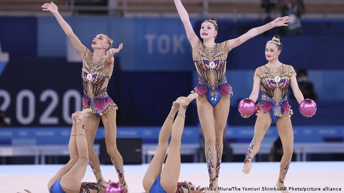 Российские спортсменки во время командного многоборья на Олимпиаде в Токио